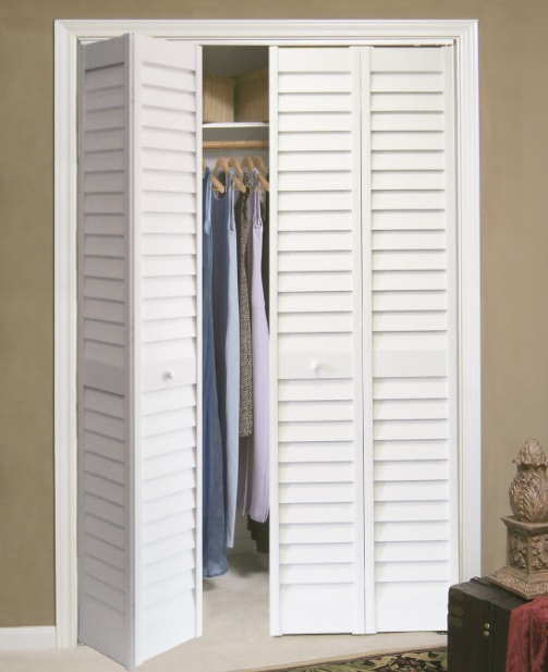 Closet bifold louvered doors in bedroom