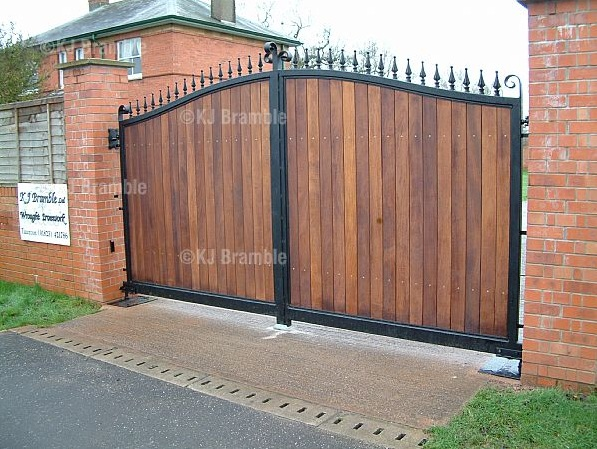Wooden driveway main entrance gate design for more secure home